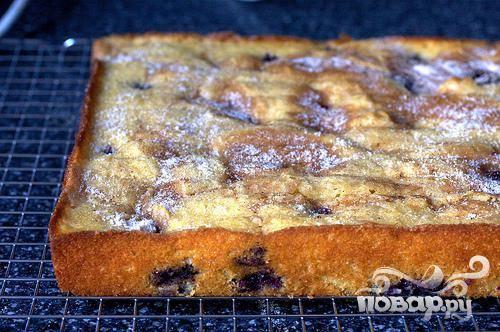3. Выложить чернику поверх теста. Смешать сахар и корицу вместе в небольшой миске и посыпать тесто. Выпекать пирог от 45 до 50 минут. Дать остыть на противне 20 минут, затем выложить пирог на сервировочное блюдо (начинкой вверх). Подавать пирог теплым или комнатной температуры. Пирог может храниться в герметичной таре при комнатной температуре до 3 дней.
