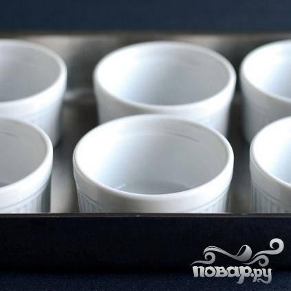 2. Установить 6 форм для крема в прямоугольную  форму для выпечки.