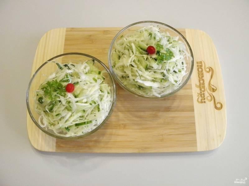 Лёгкий капустный салатик готов! Можно подавать его к столу.