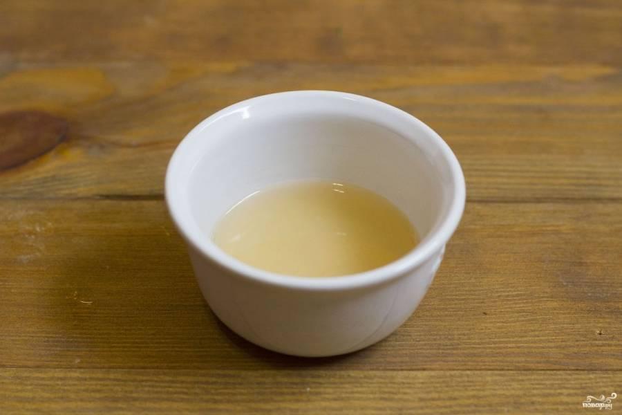 4. Маринад готовится так: соль, сахар и уксус смешиваются в одной пиалке. Можно добавить немного теплой воды, чтобы все быстрее растворилось.