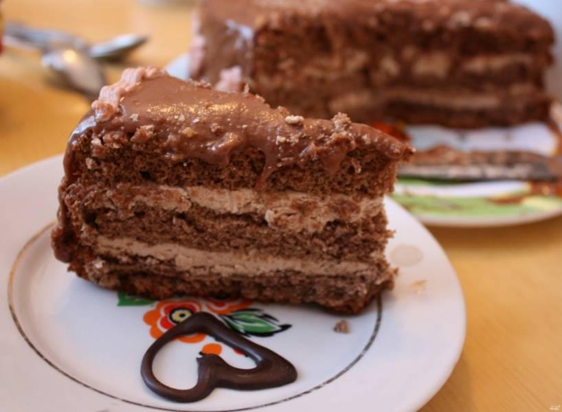 Готовый крем можно кушать сразу, а можно поставить в холодильник для большего загустения. Если вы готовите Пражский торт, тогда намажьте крем на бисквитные коржи и подавайте к чаю. Приятного аппетита!