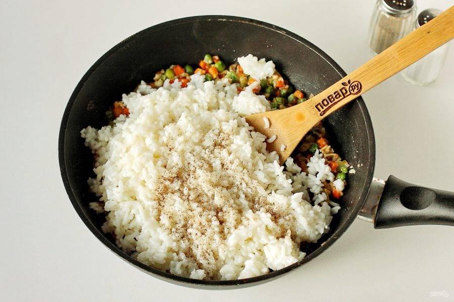 В конце добавьте рис, соль по вкусу и молотый перец.