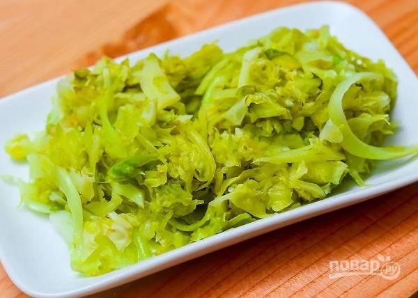 4. Использовать можно абсолютно любые овощи, которые вам по душе. В данном случае используется маринованная капуста.