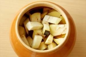 4. Последний слой - баклажаны. Их можно нарезать кубиками или соломкой. После следует зелень петрушки и чеснок. Не забываем добавить соль, лавровый лист и горошек, третью часть стакана воды и самое главное - томаты. Их следует приготовить так: ошпарить кипятком, снять кожуру и пропустить в блендере. После этого отправить на сковороду, немного протушить и отправить в виде соуса к нашему мясу в горшочек. Отправляем закрытые горшочки в духовку на полчаса. Оптимальная температура для запекания - 170 градусов.