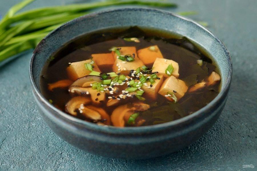 Перед подачей добавьте мелко порезанный зеленый лук и кунжут. Японский мисо суп готов, приятного вам аппетита!
