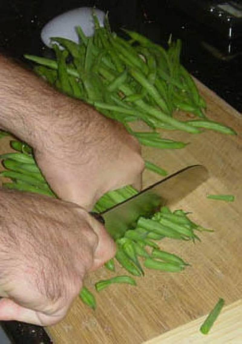 Соберите фасоль в пучки и обрежьте с обоих концов.
