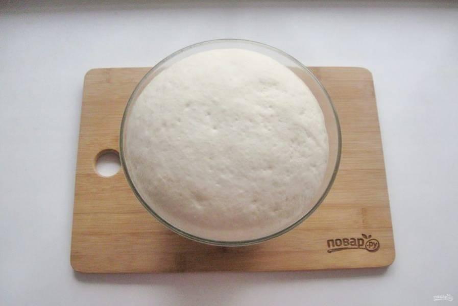 Через 50-60 минут тесто подойдет и будет готово к работе.