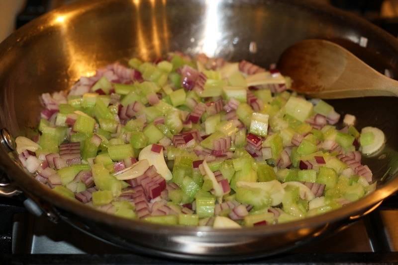 Далее разогреваем на сковороде оливковое масло и обжариваем на нем до мягкости лук, чеснок и сельдерей.