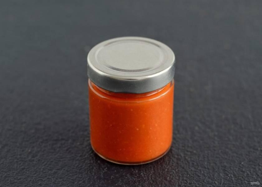 Перелейте кетчуп в стерилизованную баночку и закройте крышкой.