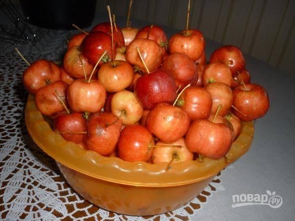 1. Яблочки вымойте как следует и немного просушите. Аккуратно подрежьте хвостики, но не удаляйте их, они придают заготовке особый шарм и позволяют яблокам сохранять форму.