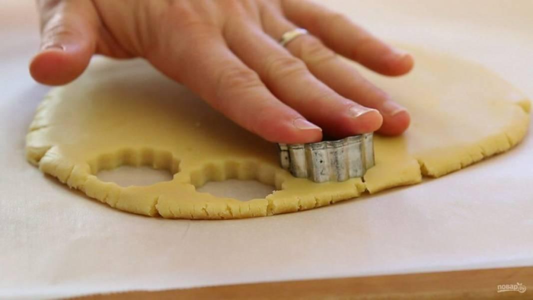 8. Вырежьте из него формочкой печеньки.