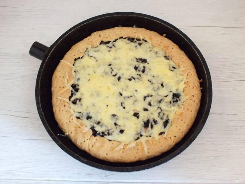 Как только пирог покроется сырной корочкой, достаньте его из духовки. Переложите на доску. Охладите.