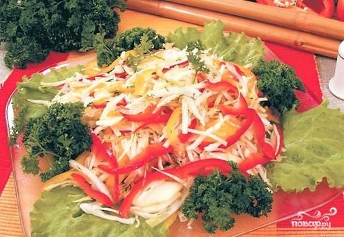 Все ингредиенты смешать заправить маслом и специями. Выложить на листья салата, украсить петрушкой. Приятного аппетита!