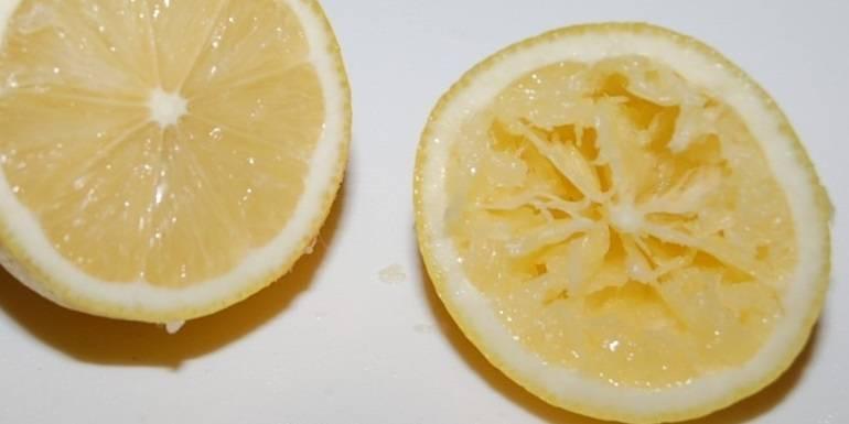 3. Выдавливаем сок половины лимона, перемешаем.