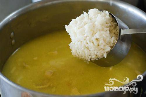 Положить рис в суп.