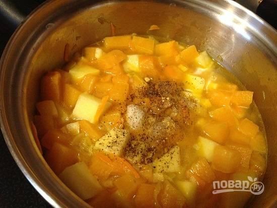 Когда овощи закипят, добавим соль, имбирь и черный перец.