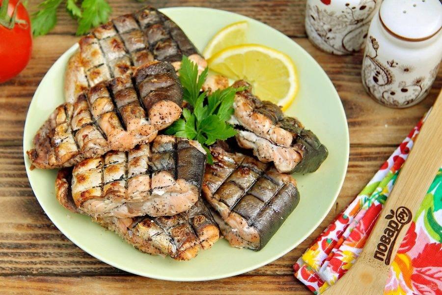 Шашлык из рыбы на решетке готов. Приятного аппетита!