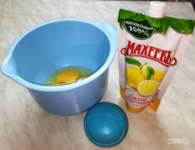 Взбейте яйца с сахаром, добавьте соль и ваниль.