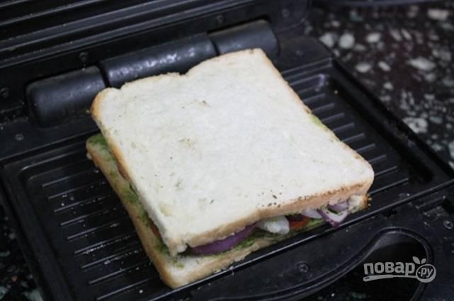Затем уложите лук, картошку, свеклу, немного присыпьте приправой и добавьте помидоры, прижмите каждый бутерброд вторым кусочком хлеба.