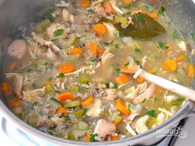 9.Верните в кастрюлю курицу и петрушку, по вкусу посолите и поперчите.