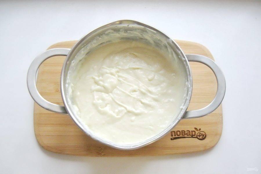 В кастрюлю налейте молоко и поставьте на плиту. В мисочке смешайте два яйца с сахаром и кукурузным крахмалом. Немного разбавьте холодным молоком. И влейте в кастрюлю с молоком. Постоянно перемешивая, доведите крем до загустения. После крем охладите и добавьте в него мягкое сливочное масло.
