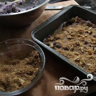 5. Посыпать тесто половиной ореховой смеси и выложить сверху оставшееся тесто.