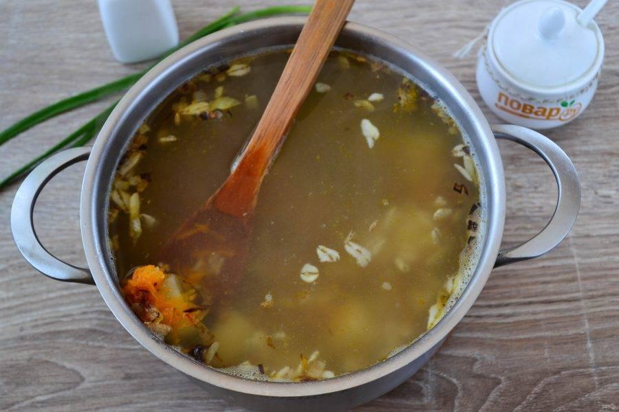Через пару минут добавьте в суп подготовленные морковь и лук, посолите и поперчите. Можно также положить 1 лавровый листик. Готовьте несколько минут.