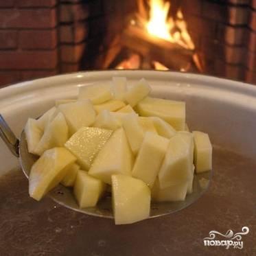 Когда крупа будет практически готова - добавляем в кастрюлю нарезанный картофель.