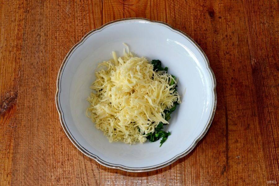 Добавьте тертый сыр. Лучше всего использовать сулугуни, но вы можете взять любой другой сыр. Начинку по желанию посолите и поперчите.