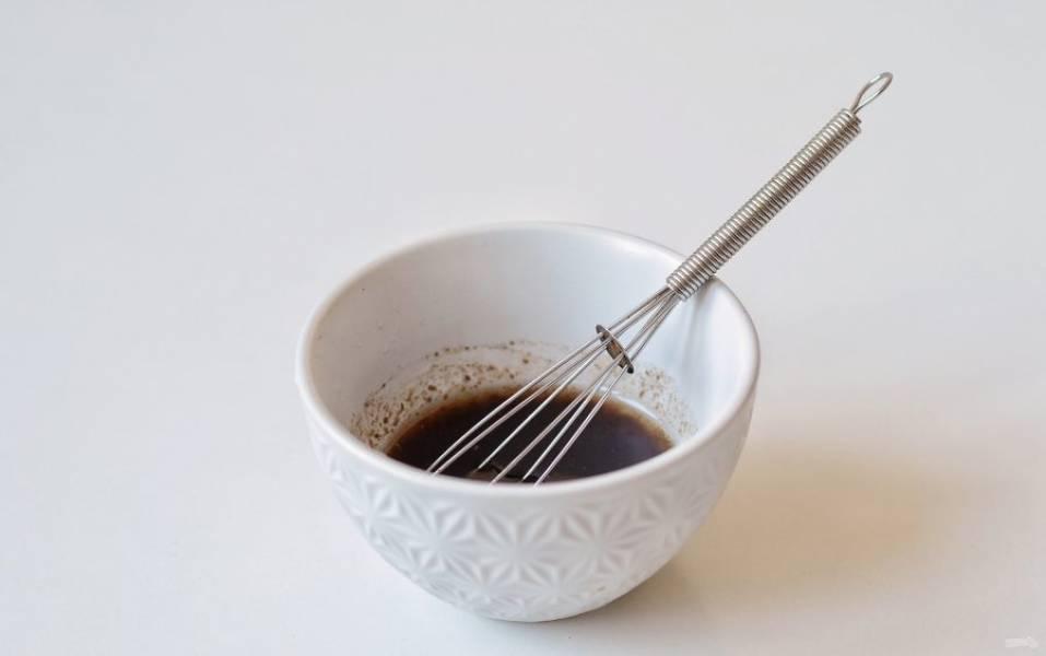 Для заправки смешайте оливковое масло, лимонный сок, бальзамический уксус, черный молотый перец и соль.