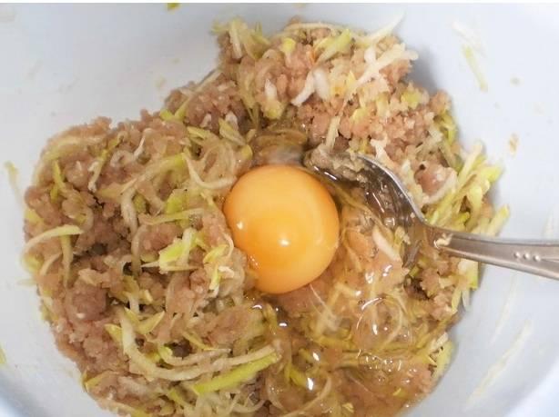 2. Измельчаем кабачок на средней терке, добавляем в фарш. Сюда же отправляем яйцо, соль и перец Приправы можно добавить по вкусу.