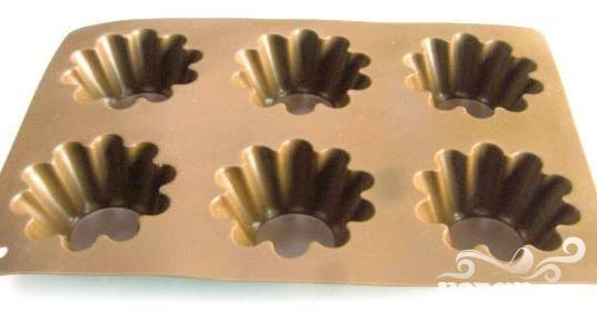 1.Подготовьте 12 формочек для кексов – алюминиевых или силиконовых, на ваш выбор. Смажьте их жиром или подсолнечным маслом.