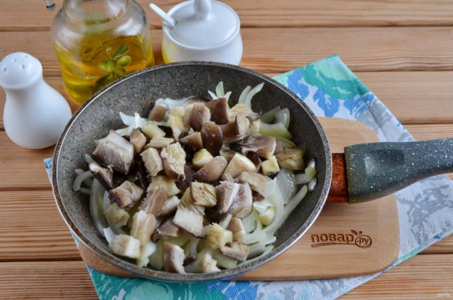 3. Добавьте грибы, щепотку соли, доведите оба продукта до готовности. периодически перемешивайте, крышкой не накрывайте!