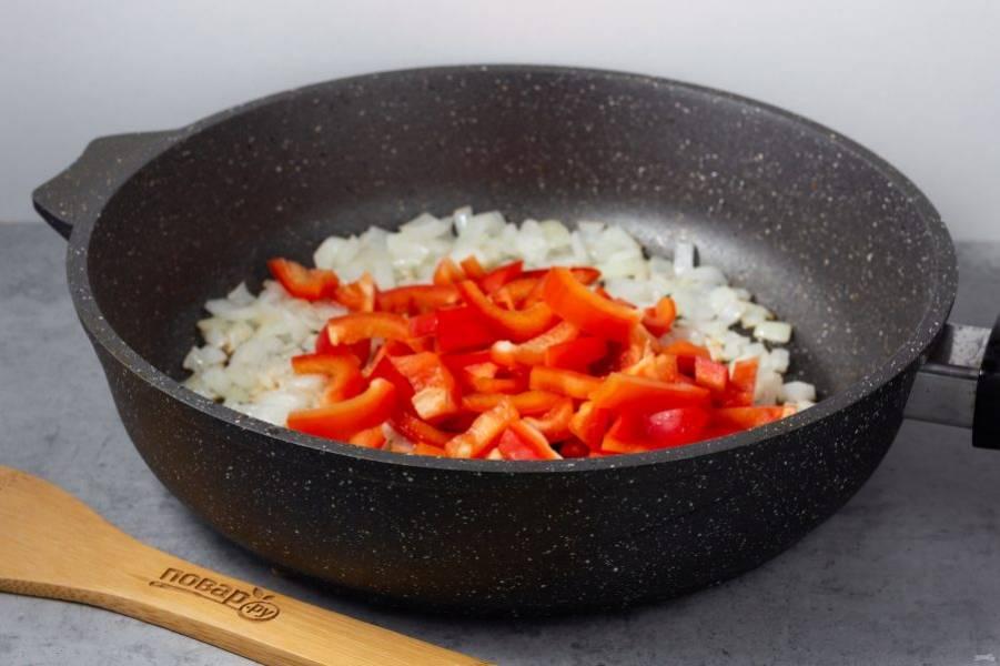 В этой же сковороде обжарьте нарезанный лук, затем добавьте нарезанный брусочками перец.