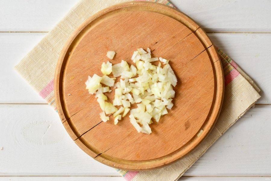 Нарежьте лук мелкими кубиками.