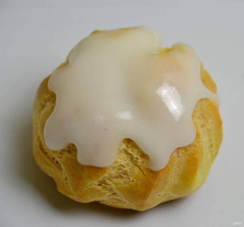 Смажьте верх пирожного глазурью и посыпьте ореховой крошкой.