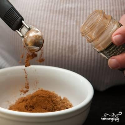 5. В маленькой мисочке перемешайте корицу и коричневый сахар.