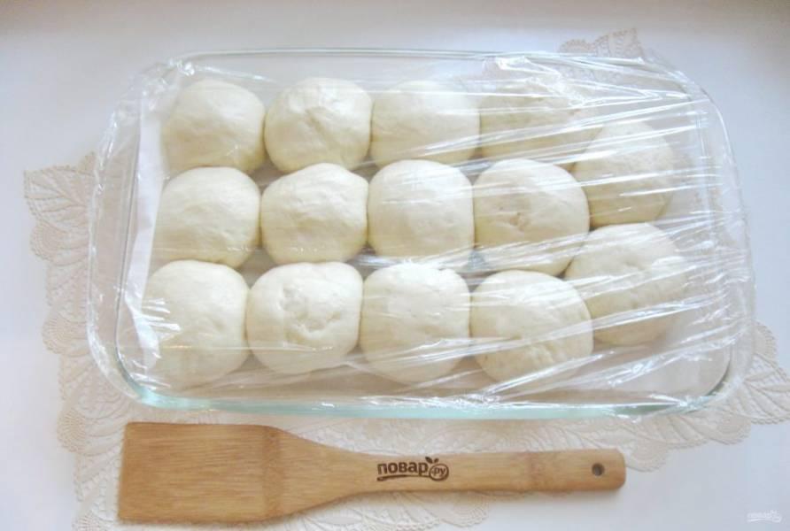 Тесто за это время подойдет. После отправьте его в духовку, разогретую до 175-180 градусов.