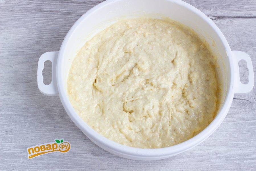 Добавьте молоко, апельсиновый сок и перемешайте. Должно получится тесто по консистенции похожее на тесто для заливных пирогов.