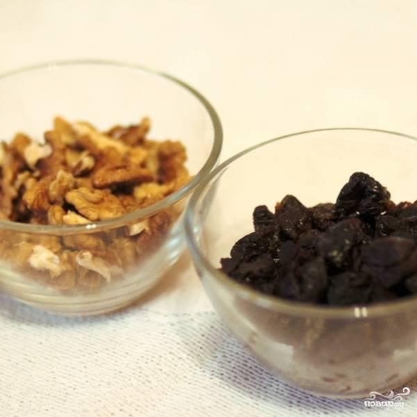 Измельчаем чернослив и грецкие орехи: чернослив разрезаем на 3-4 части каждый, грецкие орехи мелко рубим.