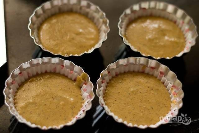 Разлейте тесто по формочкам и отправьте в разогретую до 190 градусов духовку на 20-25 минут. Перед подачей дайте им остыть 5-10 минут.