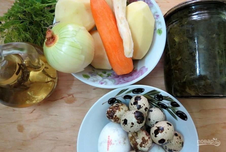 Отдельно отварите перепелиные и куриные яйца. Все овощи помойте и почистите.