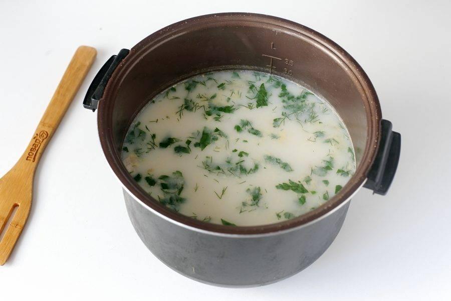 В самом конце влейте сливки, добавьте семгу, отрегулируйте на соль и проварите все вместе еще 5 минут. За пару минут до готовности добавьте любую свежую зелень. Готовому супу дайте немного настояться, а затем подавайте к столу.