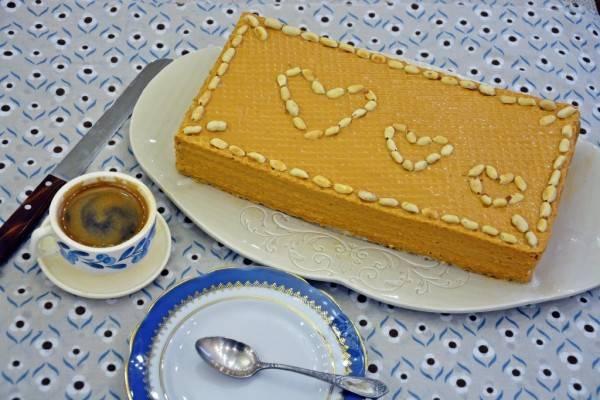 Промажьте коржи кремом, сверху присыпьте арахисом. На ночь отправьте торт в холодильник.