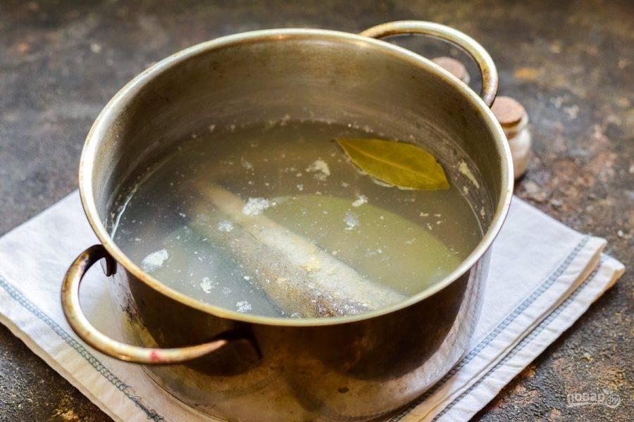 В кастрюле закипятите воду, можете добавить лавровый лист, специи по желанию. Опустите в кастрюлю рыбу и варите 15-20 минут — до готовности.