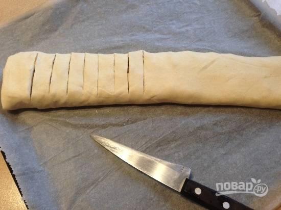 11. Перекладываем штрудель вместе с пергаментом на противень. Я экспериментировала: сделала на половине штруделя разрезы верхнего слоя теста острым ножом. Ставим в разогретую до 200 градусов духовку.