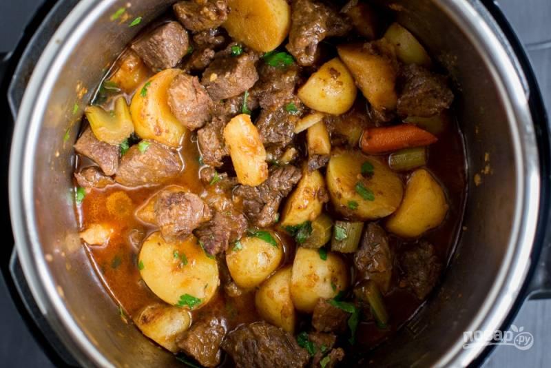 3.Выложите в чашу картошку, мясо, тимьян и установите режим «Мясо», закройте клапан для скороварки, готовьте 20 минут. Не спешите открывать крышку сразу, а оставьте на 30 минут.