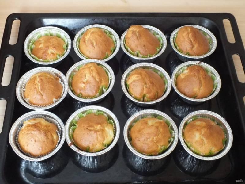 Готовые кексы достаньте из духовки.