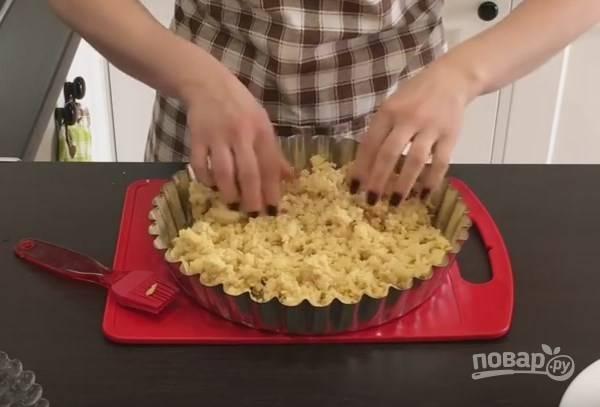 6. Форму для пирога смажьте маслом. Большую часть замерзшего теста натрите на крупную терку и распределите по форме.
