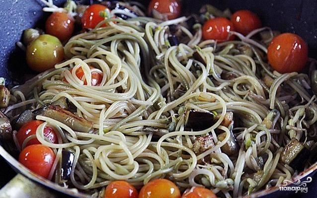 Добавляем к овощам отваренные до готовности спагетти.